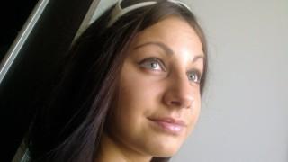 Brune, yeux verts, fan d'éjac faciale